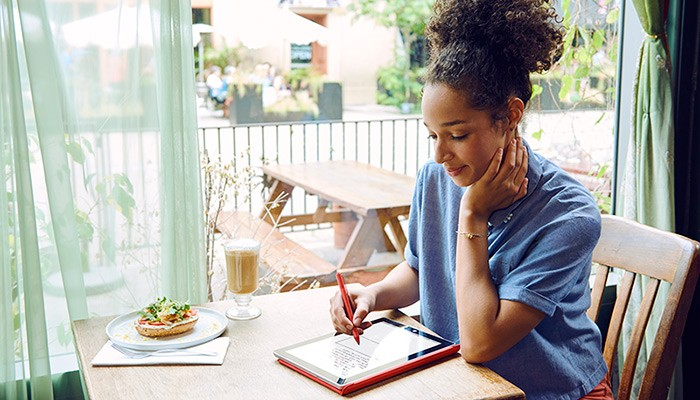 microsoft-surface-woman-at-cafe-with-stylus-and-tablet
